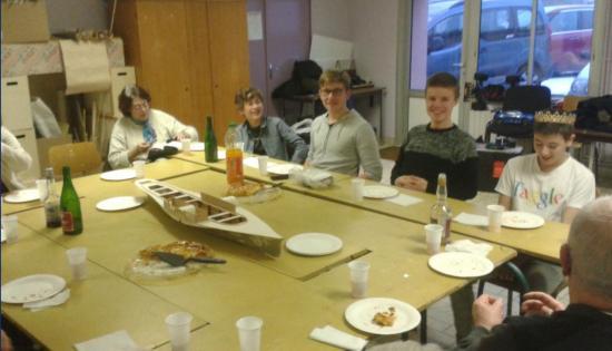 14 janvier - moment convivial - les jeunes devant la galette -
