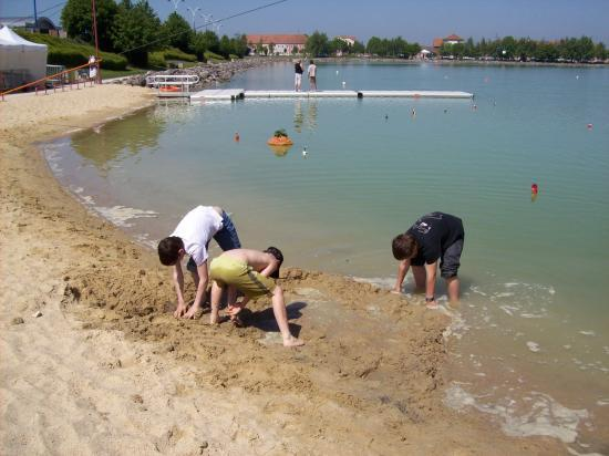 Après les épreuves, c'est la détente et la plage du plan d'eau de Noeux, est excellente pour les activités de sable.